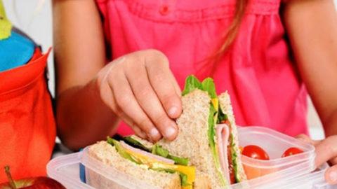 Η κυβέρνηση ταΐζει τους επιχειρηματικούς ομίλους και κόβει το φαΐ των παιδιών μας