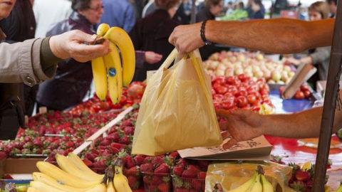 Η κυβέρνηση της Ν.Δ διώχνει τους παραγωγούς και τους επαγγελματίες πωλητές από τις Λαϊκές Αγορές